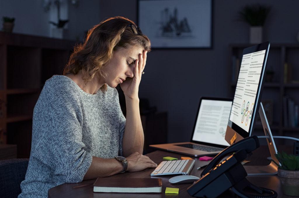 Femme épuisée au travail