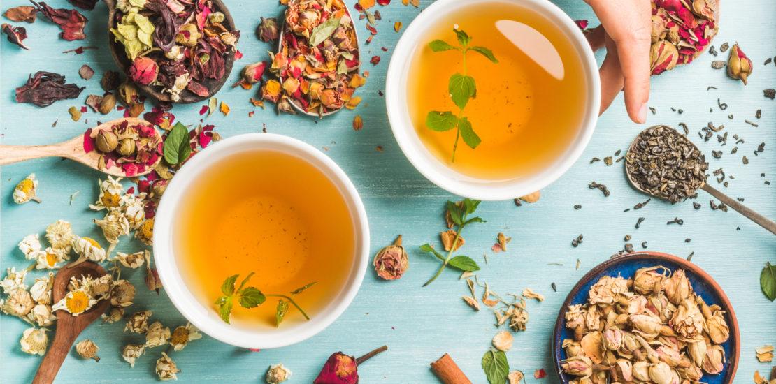Tasses de remèdes aux plantes