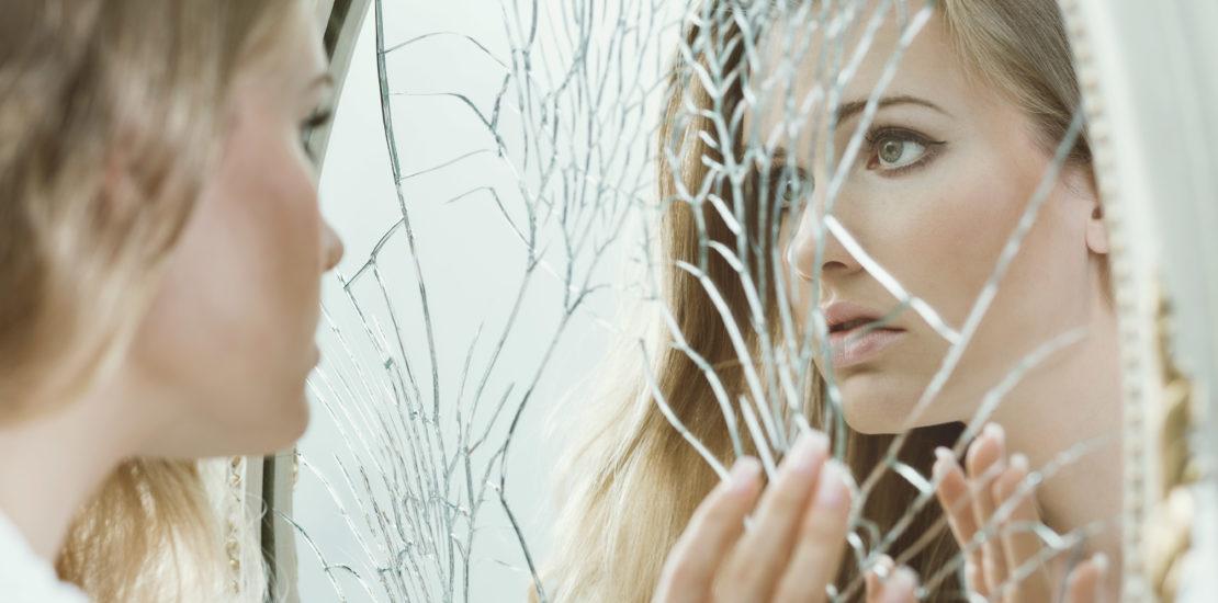 Femme miroir brisé