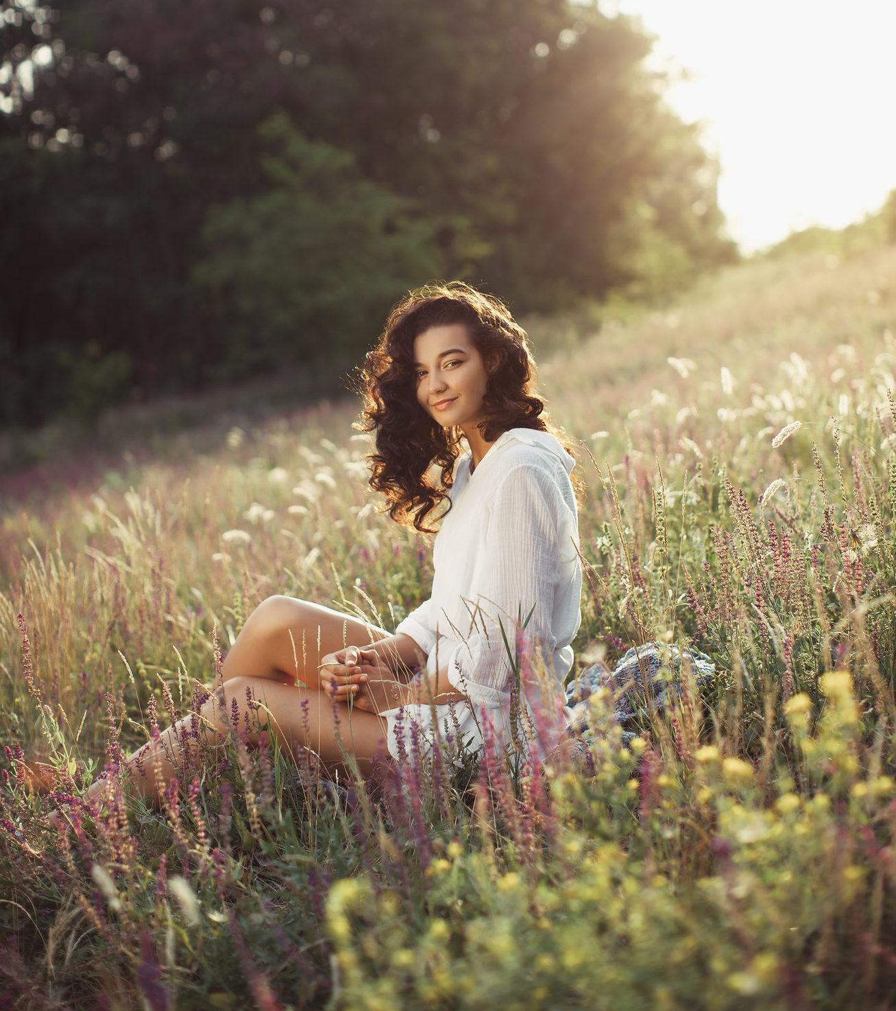 Femme détendue dans un champs